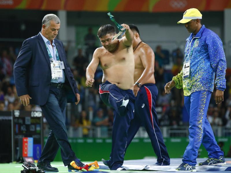 Weil sie mit der Wertung nicht einverstanden waren entkleideten sich in Rio zwei mongolische Trainer