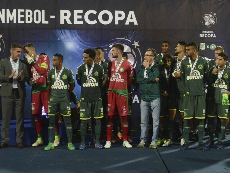 Die Spieler von Chapecoense erhalten nach dem Spiel die Medaillen für den zweiten Platz