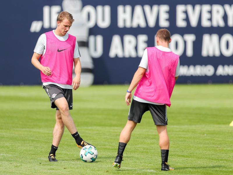 Der lange verletzte Lukas Klostermann (l.) trainiert wieder