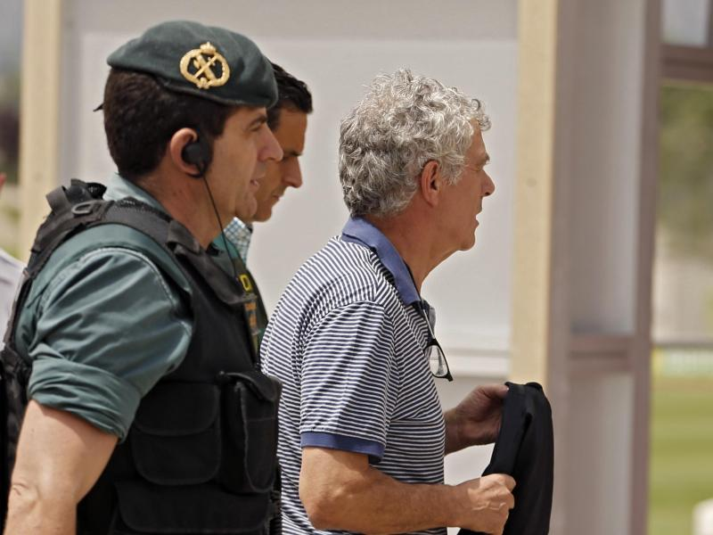 Ángel María Villar Llona (r) ist wegen Korruptionsvorwürfen in Spanien vorübergehend festgenommen worden.