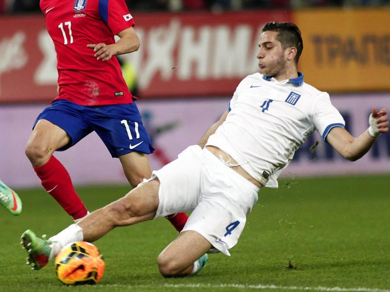 Der Grieche Kostas Manolas (r) soll sich wegen Zeitspiels absichtlich eine gelbe Karte eingehandelt haben.