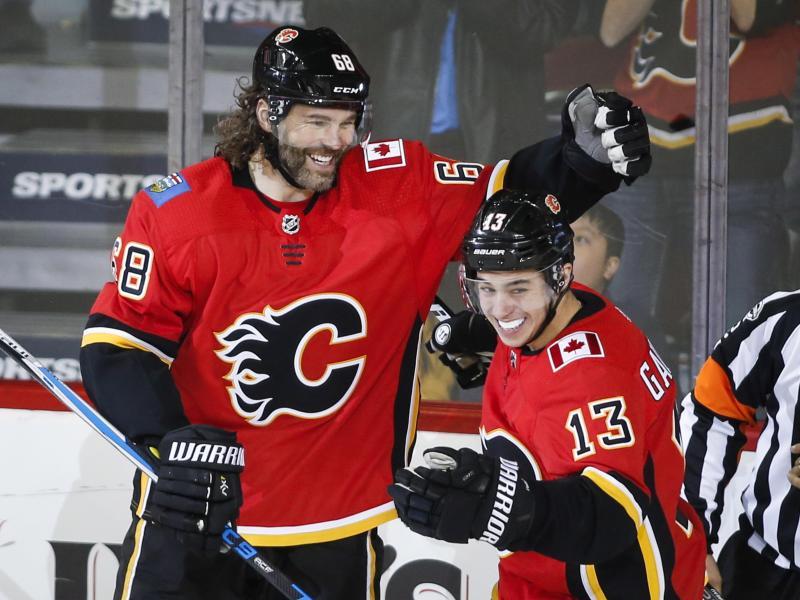 Jaromír Jágr von den Calgary Flames (l.) jubelt nach dem Treffer mit seinem Teamkollegen Johnny Gaudreau