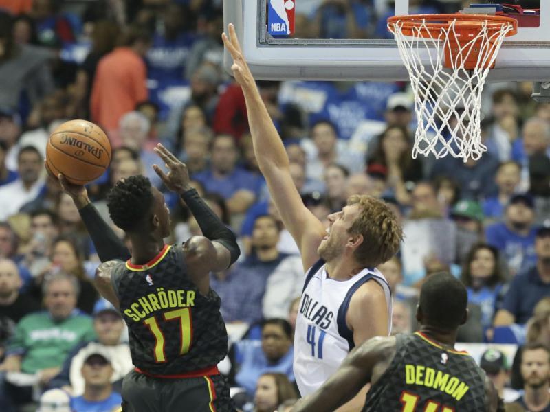Die Basketball-Stars Dennis Schröder (l) und Dirk Nowitzki müssen über die Weihnachtstage für ihre NBA-Klubs spielen
