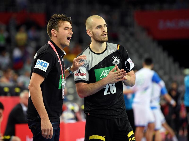 Bundestrainer Christian Prokop (l.) holte Maximilian Janke als Ersatz für Paul Drux zurück ins DHB-Aufgebot