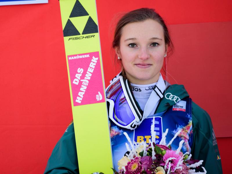 Die Oberstdorferin Katharina Althaus freut sich über ihren Erfolg im slowenischen Ljubno