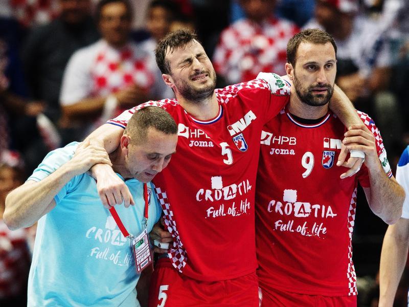 Kroatiens Domagoj Duvnjak (M) wird verletzt vom Platz gebracht