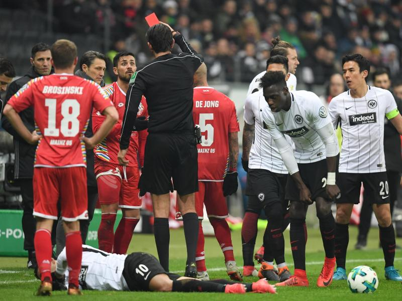 Der Mainzer Danny Latza (4.v.l.) wurde gegen Frankfurt vom Platz gestellt