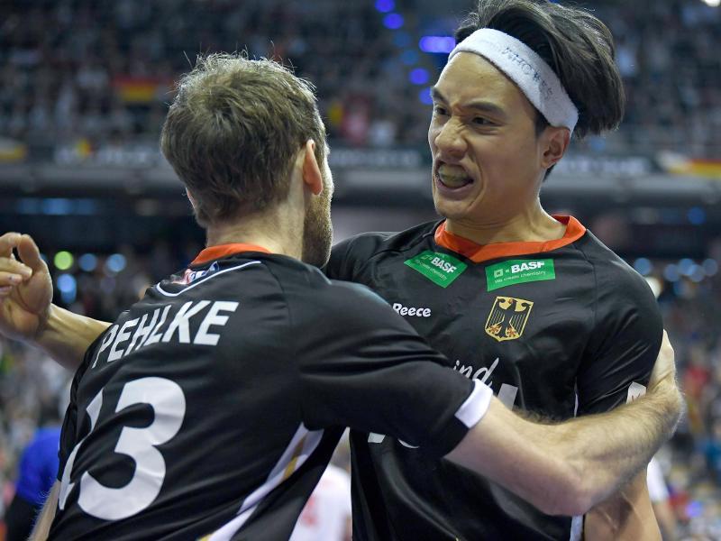 Fabian Pehlke (l) und Dan Nguyen bejubeln einen Treffer im Spiel gegen das iranische Team