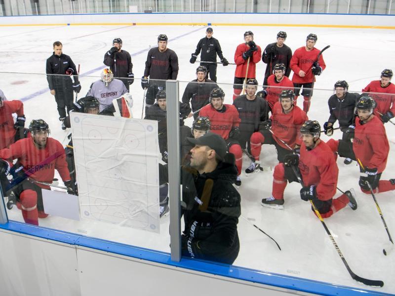 DEB-Coach Marco Sturm (vorne) bei der Taktikbesprechung mit seinem Team