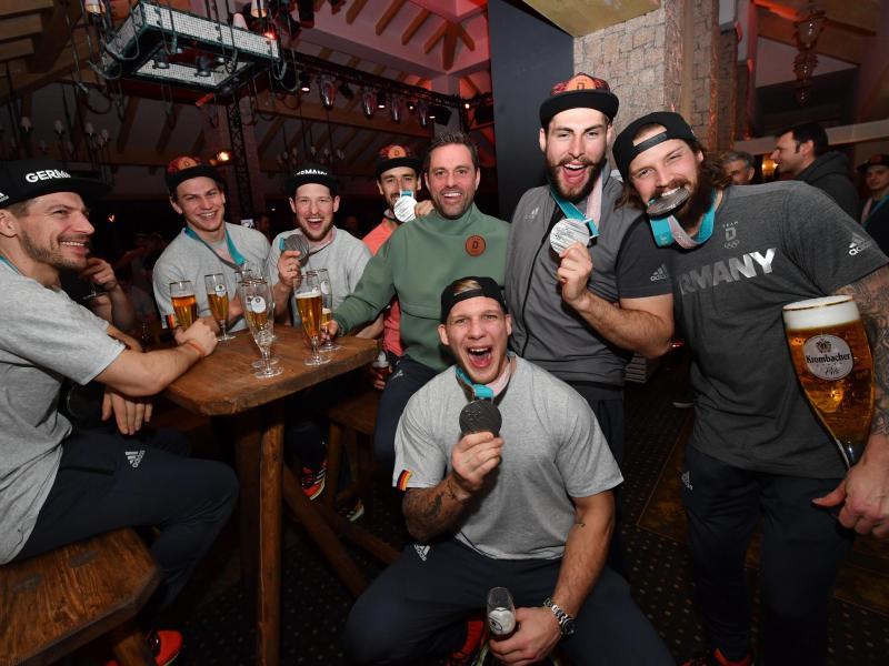 Das deutsche Eishockeyteam feiert im Deutschen Haus die Silbermedaille