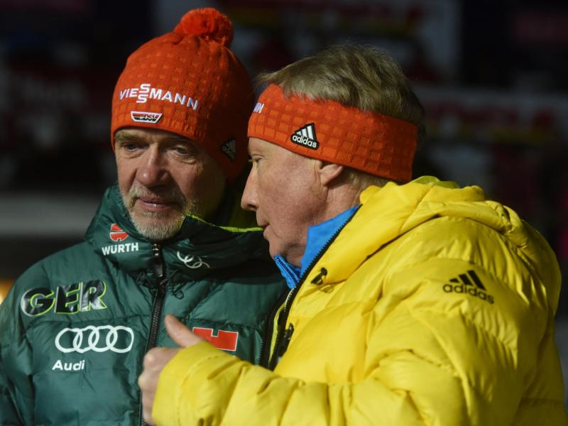 FIS-Direktor Walter Hofer (r) will mehr gemeinsame Skispringen von Männer und Frauen