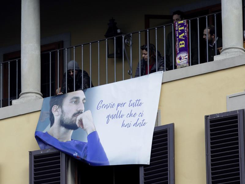 Fans gedenken bei der Trauerfeier in Florenz dem verstorbenen Davide Astori