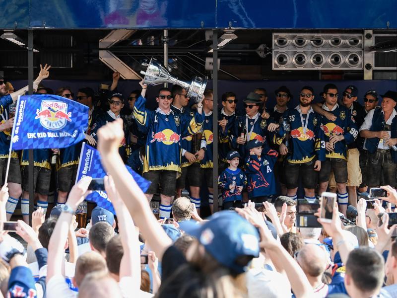 Der EHC Red Bull München feiert mit seinen Fans die Meisterschaft