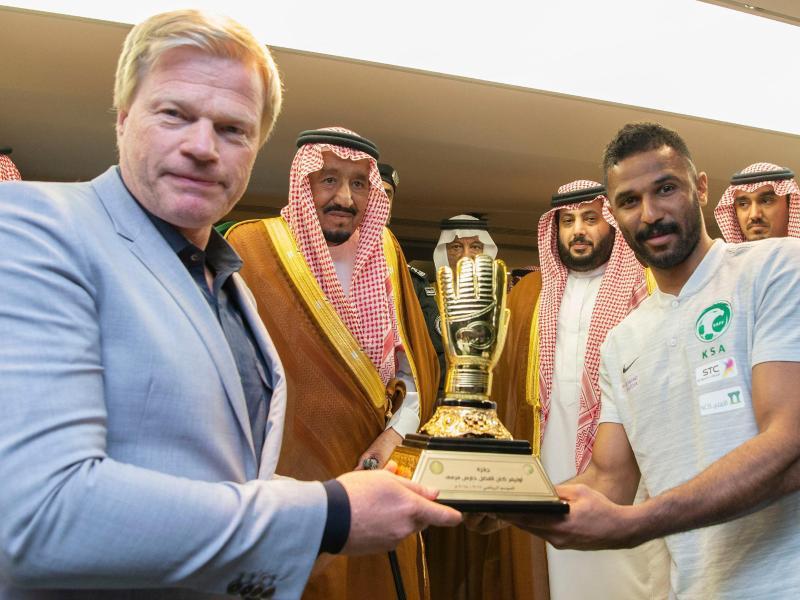 Oliver Kahn (l.) soll die saudischen Torhüter fit für die WM machen