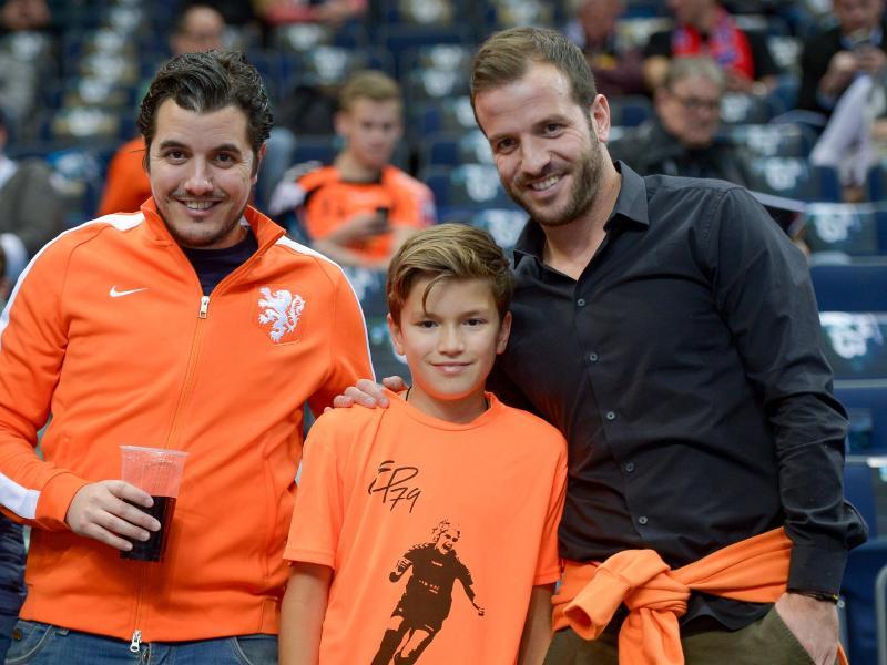 Rafael van der Vaart (r.) arbeitet während der WM als Experte für das niederländische Fernsehen