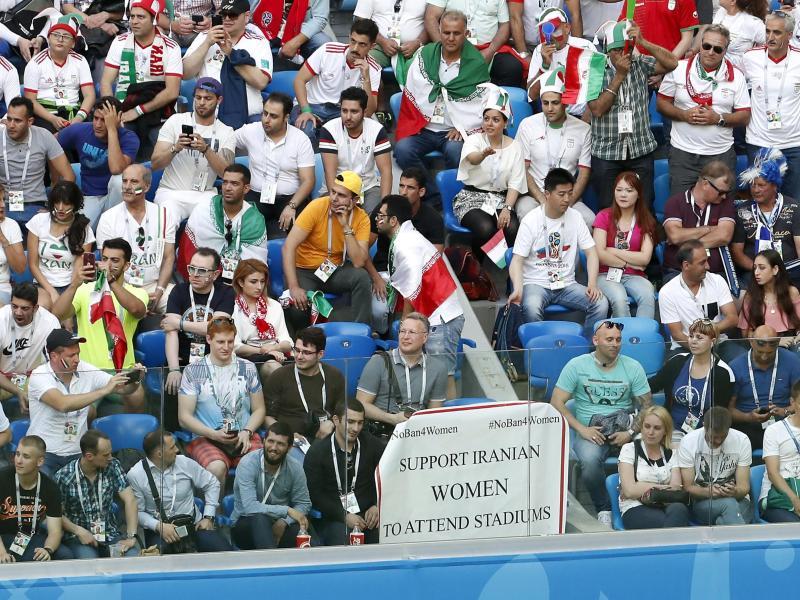 Ein Poster zur Unterstützung von iranischen Frauen zum Besuch in Fußball-Stadien hängt an der Tribüne