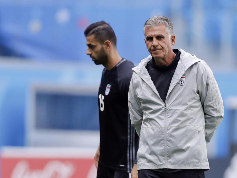 Irans Trainer Carlos Queiroz (r.) wollte eigentlich Verteidiger Pejman Montazeri (l.) einwechseln