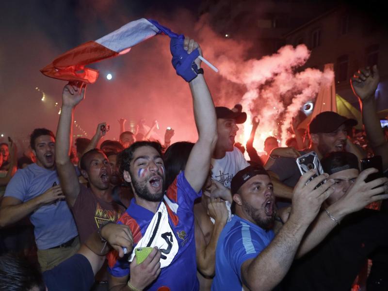 Fans der französischen Nationalmannschaft jubeln nach dem Finaleinzug in Marseille