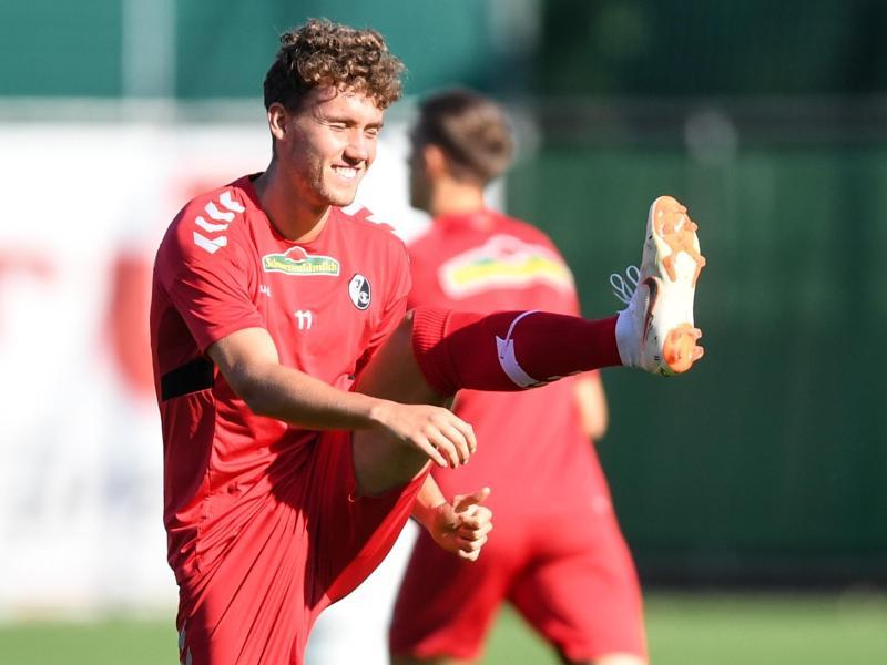 Luca Waldschmidt macht sich beim Training des SC Freiburg fit