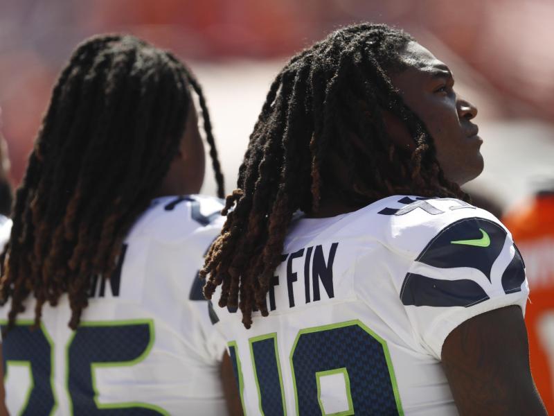 Shaquem Griffin (r.) und sein Bruder Shaquill Griffin von den Seattle Seahawks stehen während der Nationalhymne nebeneinander