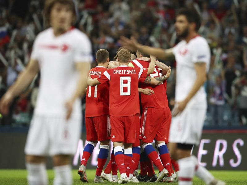 Russlands Spieler bejubeln den Führungstreffer durch Roman Neustädter.