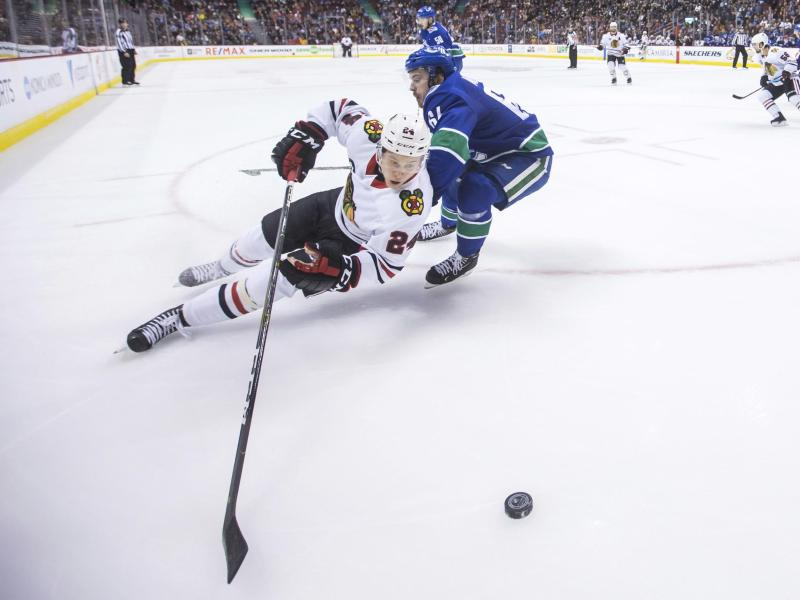 Dominik Kahun (l) verlor mit den Blackhawks in Vancouver