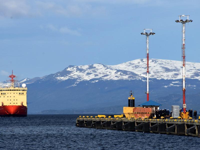 """Der Eisbrecher """"Ara Irizar"""" verlässt einen Hafen auf Feuerland"""
