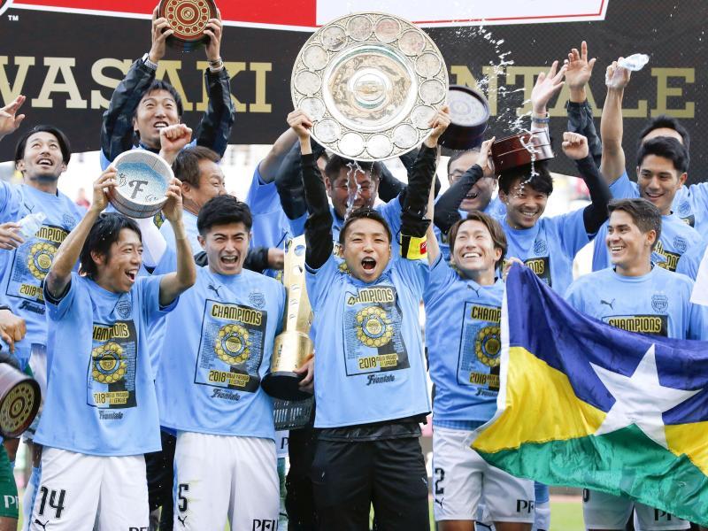 Die Spieler von Kawasaki Frontale feiern den Meistertitel. Foto: kyodo