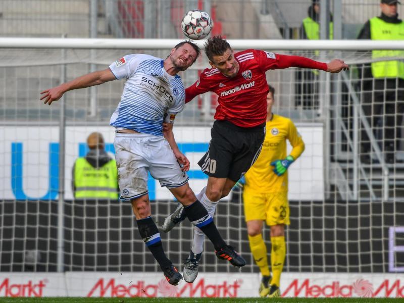 Ingolstadts Stefan Kutschke (r) und Bielefelds Julian Börner beim Kopfballduell