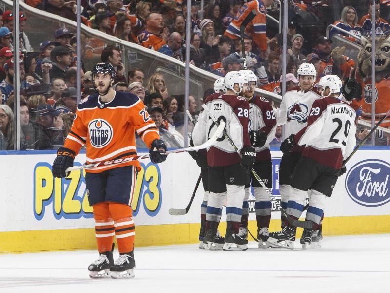 Tobias Rieder (l.) von den Edmonton Oilers dreht ab, während die Spieler aus Colorado feiern