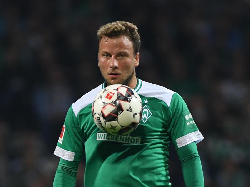 Wegen Wadenproblemen pausiert Philipp Bargfrede beim Training von Werder Bremen