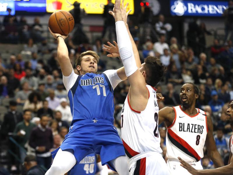 Luka Doncic (l) führte die Dallas Mavericks zum 12. Saisonsieg