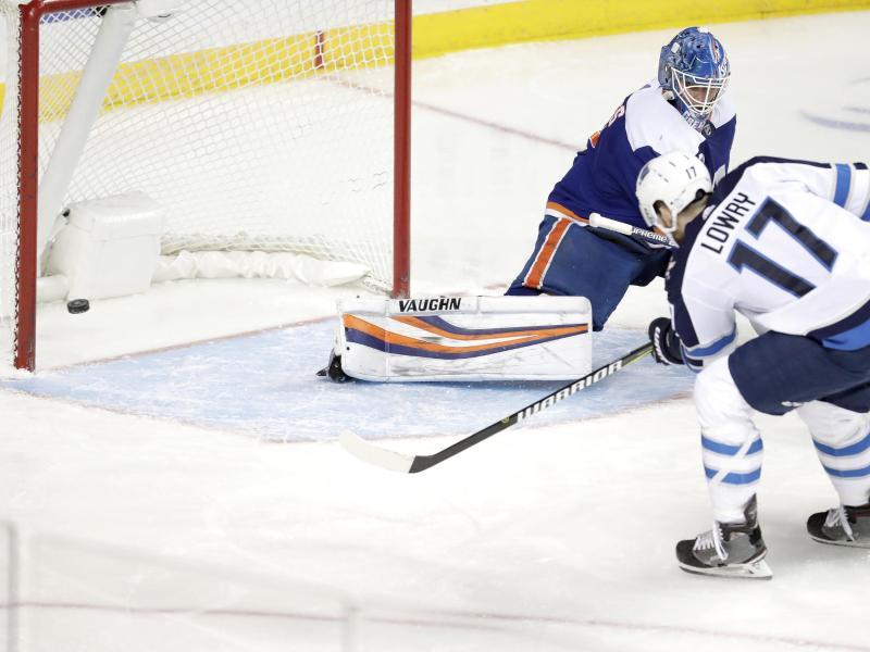 Islanders-Torwart Thomas Greiss kassiert einen Gegentreffer durch Adam Lowry von den Winnipeg Jets