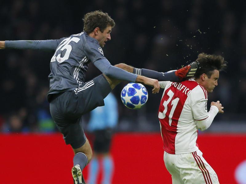 Thomas Müller (l.) trat Nicolás Tagliafico gegen den Kopf