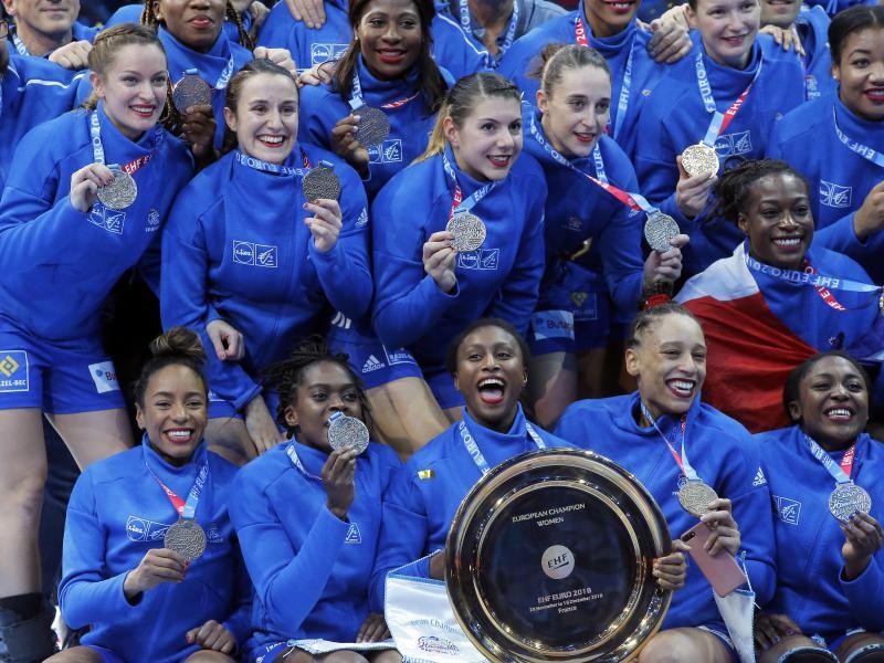 Frankreichs Handball-Spielerinnen jubeln mit der EM-Trophäe