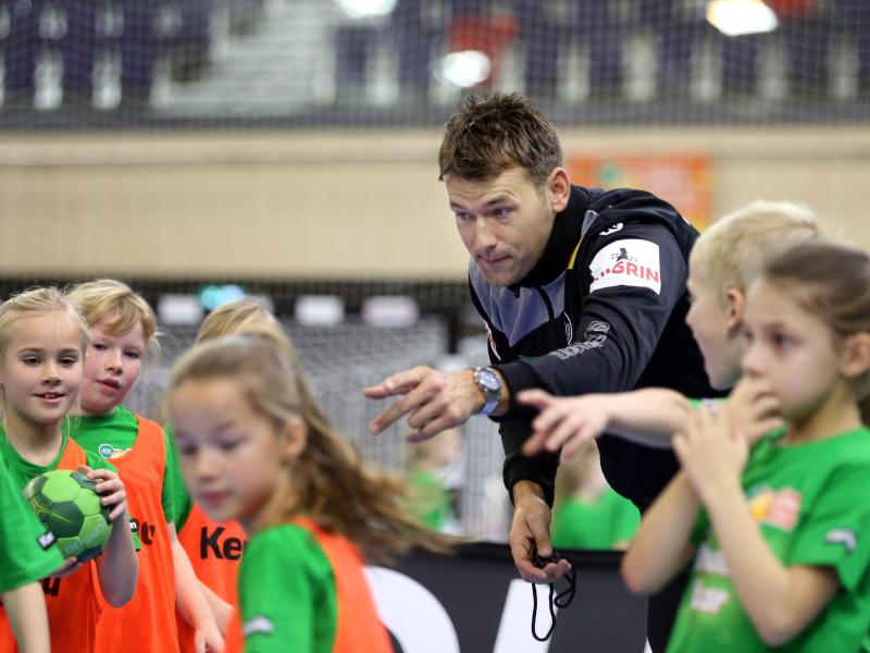Handball-Bundestrainer Christian Prokop beim Training mit Rostocker Grundschulkindern