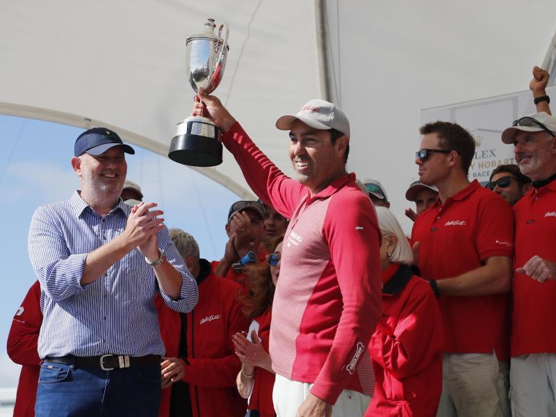 Sieger des 74. Sydney Hobart Race: Mark Richards (M.), der Skipper der Jacht Wild Oats XI, hält die R H Illingwrth Trophäe