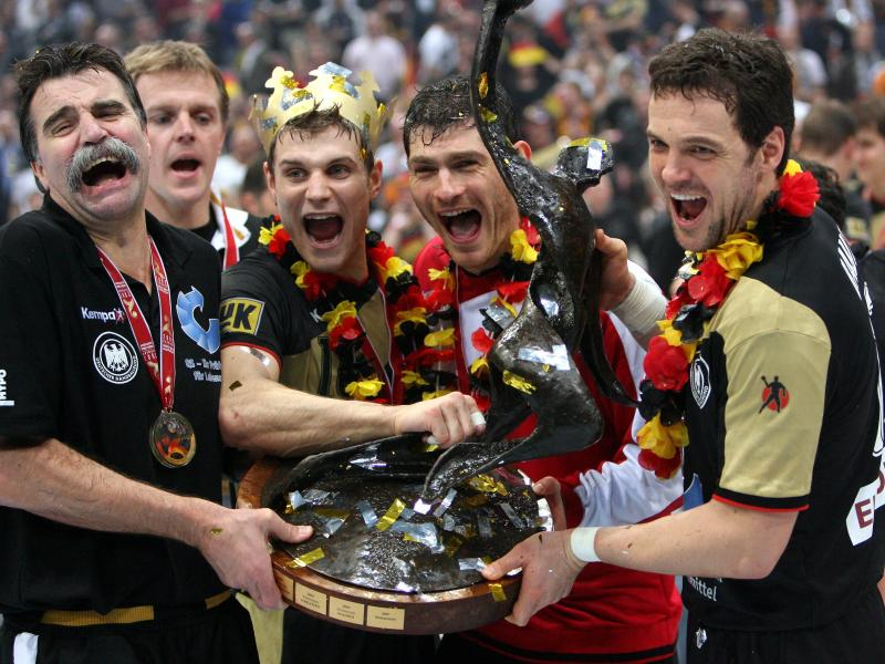Heiner Brand (l) traut dem DHB-Team bei der Heim-WM einiges zu