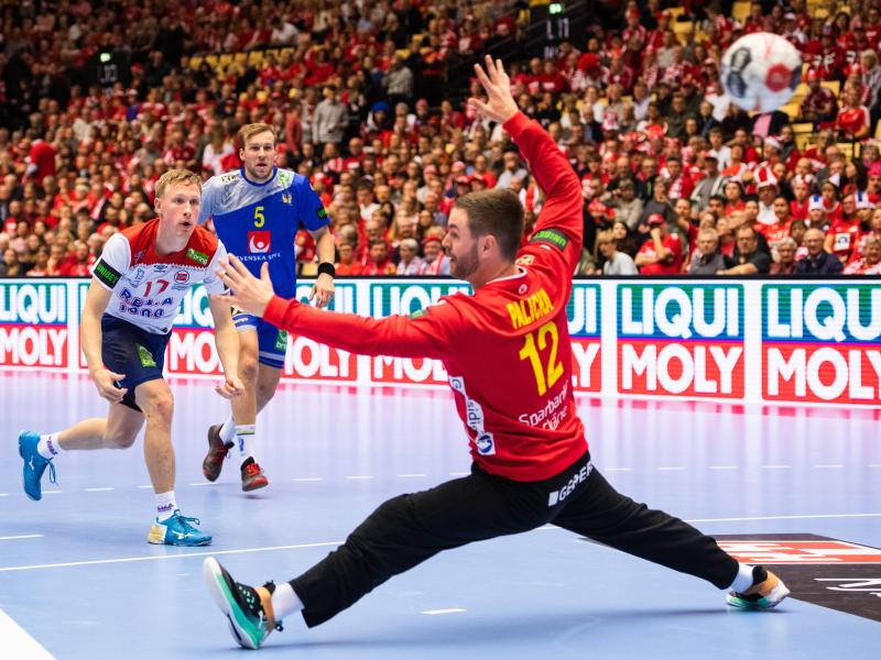 Norwegens Magnus Jöndal (l.)überwindet Schwedens Torhüter Andreas Palicka