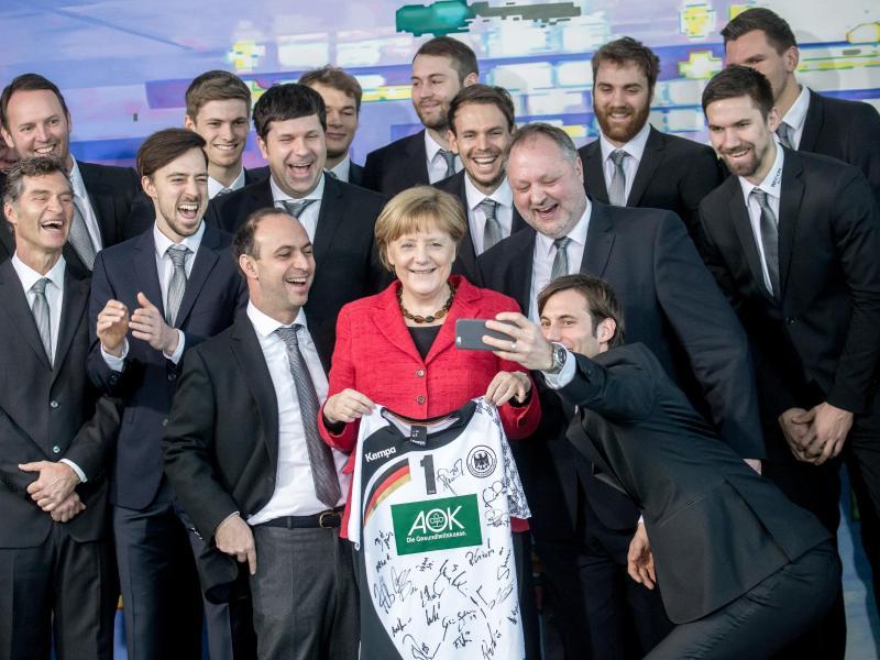 Bundeskanzlerin Angela Merkel posiert 2016 mit der deutschen Handball-Nationalmannschaft