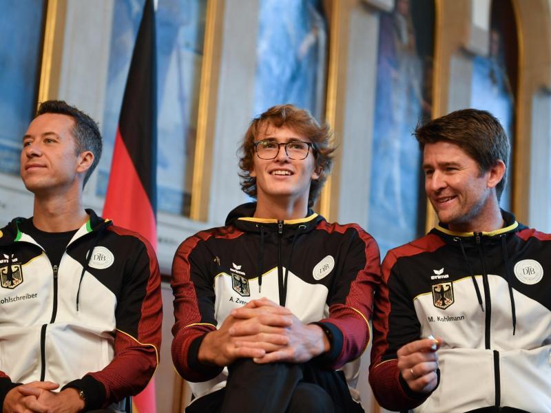 Bei der Auslosung für die Davis-Cup-Spiele gegen Ungarn trägt Alexander Zverev (M.) eine Brille