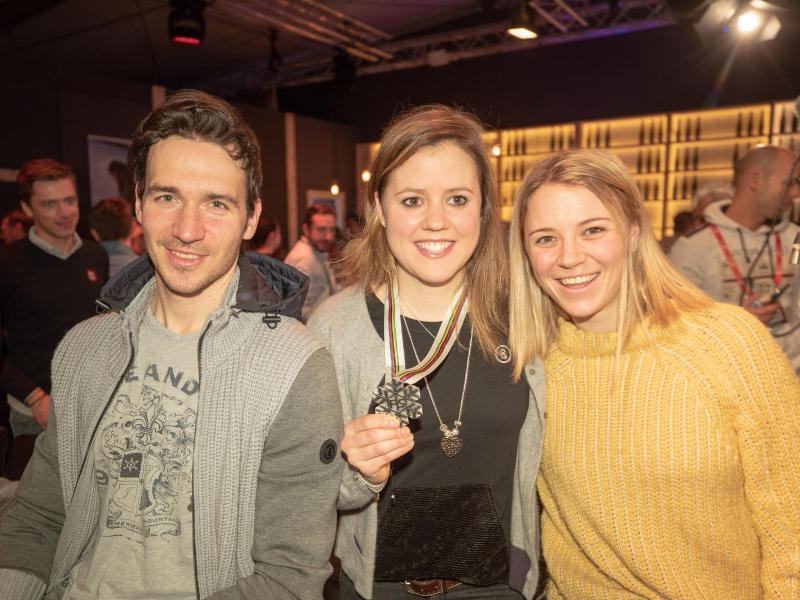 Felix Neureuther (l.) posiert auf der Feier mit Viktoria Rebensburg (M.) und seiner Frau Miriam
