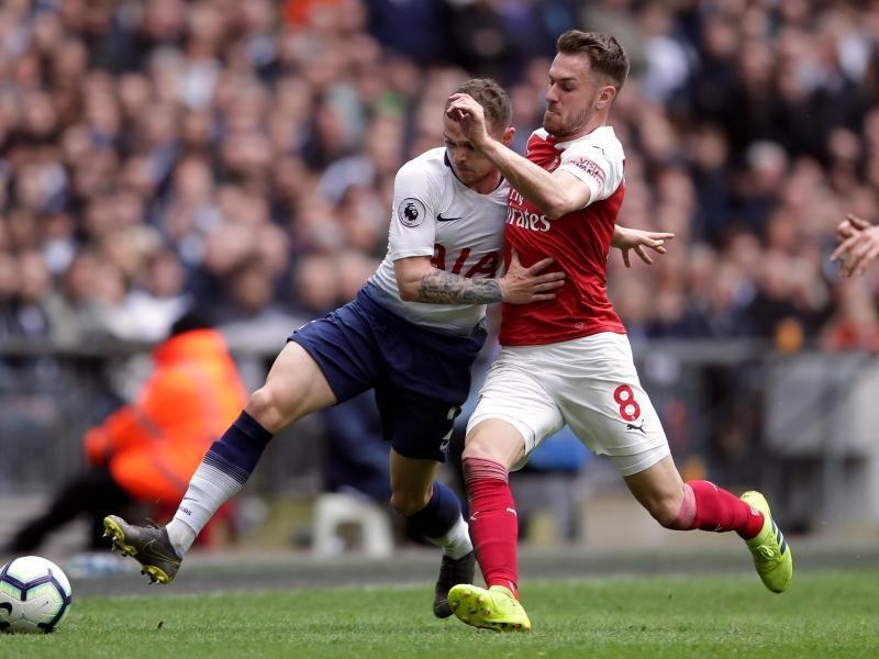 Tottenhams Kieran Trippier (l.) im Laufduell mit Arsenals Aaron Ramsey