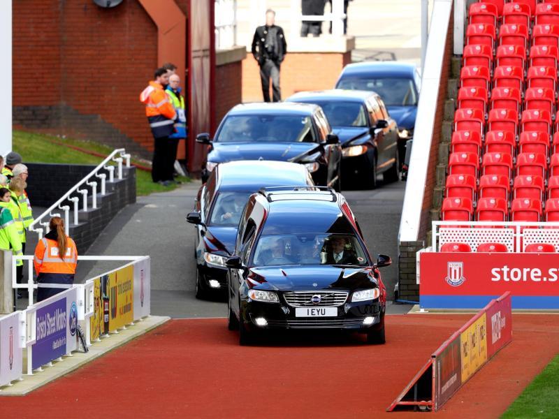 Der Begräbniszug von Gordon Banks erreicht das Britannia Stadium
