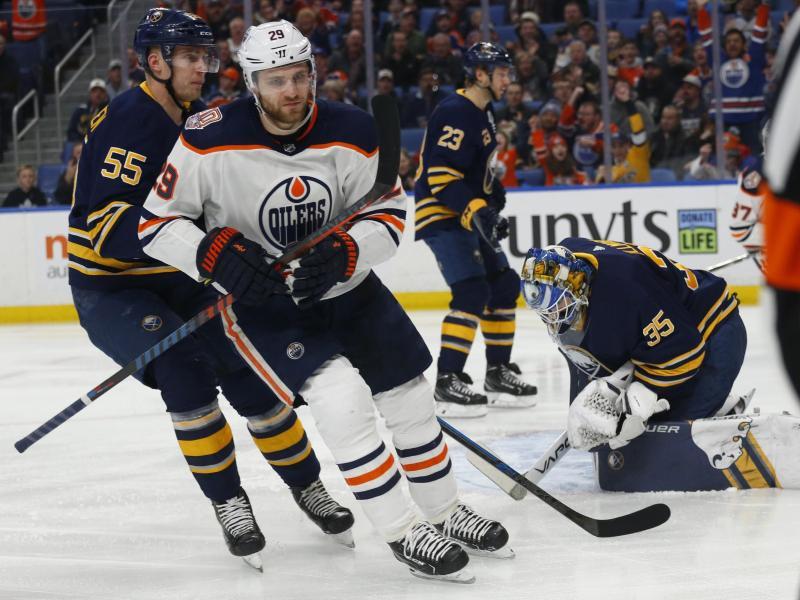 Leon Draisaitl dreht nach seinem Tor gegen Buffalo Sabres zum Jubeln ab