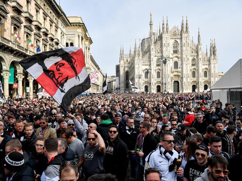 Rund 15.000 Fans von Eintracht Frankfurt sind zu dem Spiel gegen Inter Mailand gereist und feiern vor Spielbeginn auf dem Domplatz