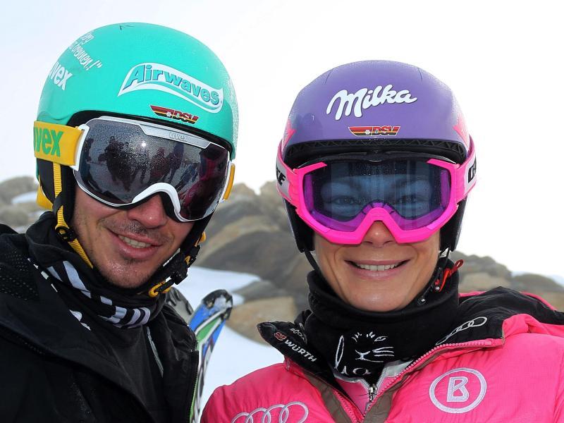 Die deutschen Rennläufer Felix Neureuther (l) und Maria Höfl-Riesch stehen auf dem Mölltaler Gletscher