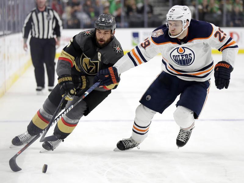 Leon Draisaitl (r) von den Edmonton Oilers kämpft gegen Deryk Engelland von den Vegas Golden Knights um den Puck