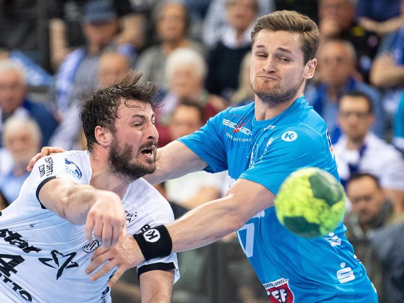 Kiels Domagoj Duvnjak (l) setzt sich gegen den Stuttgarter David Schmidt