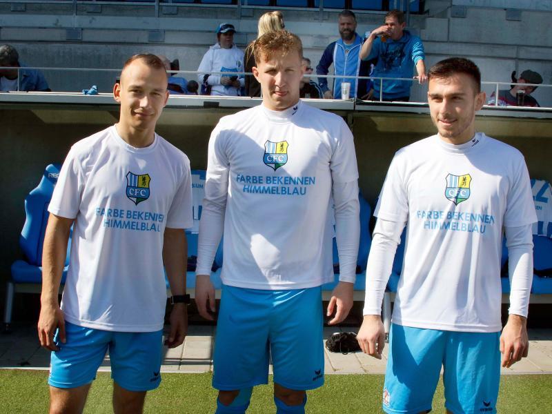 """Die CFC-Spieler trugen beim Aufwärmen Shirts mit der Aufschrift """"Farbe bekennen himmelblau"""""""